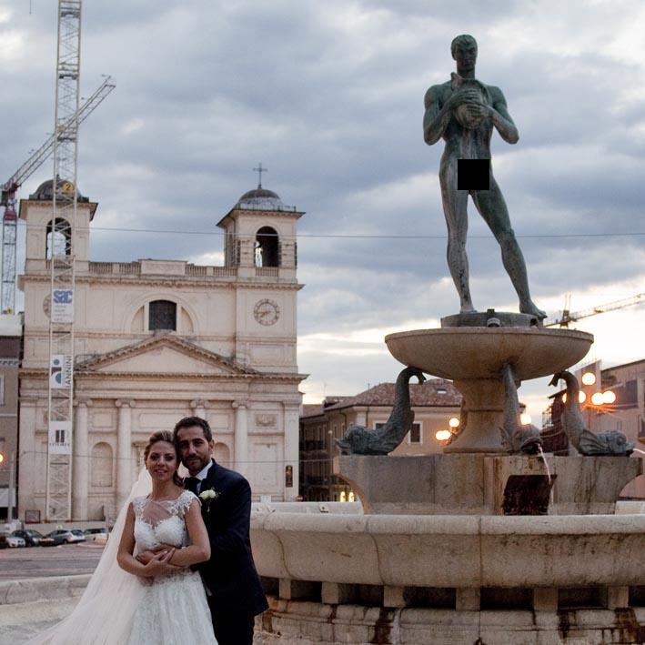 Statua nuda in Piazza Duomo a L'Aquila