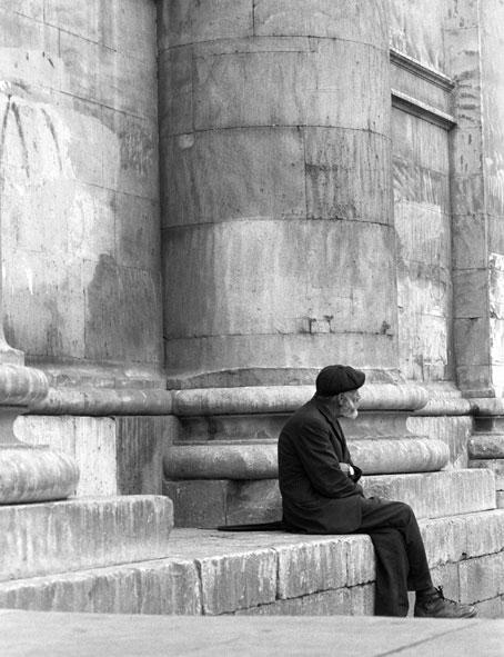 Vecchietto sui gradoni del Duomo a L'Aquila