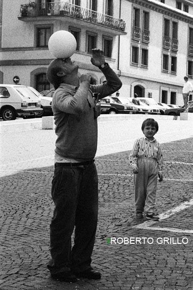 Uomo con palla e bambino